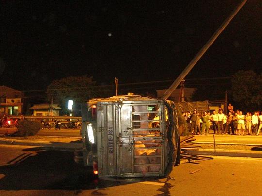Chiếc xe tải nằm giữa quốc lộ 1 sau khi tông vào cột đèn