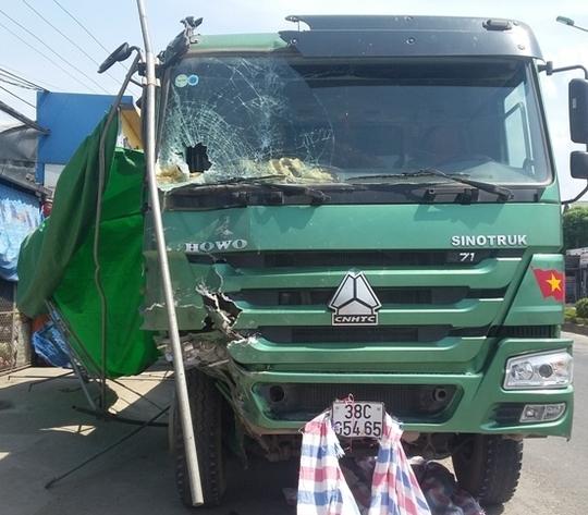 Xe tải bị hư hỏng phần đầu. Ảnh: Đào Bình