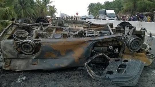 Xe cấp cứu cháy chỉ còn trơ khung sau vụ tai nạn Ảnh do Công an tỉnh Bến Tre cung cấp