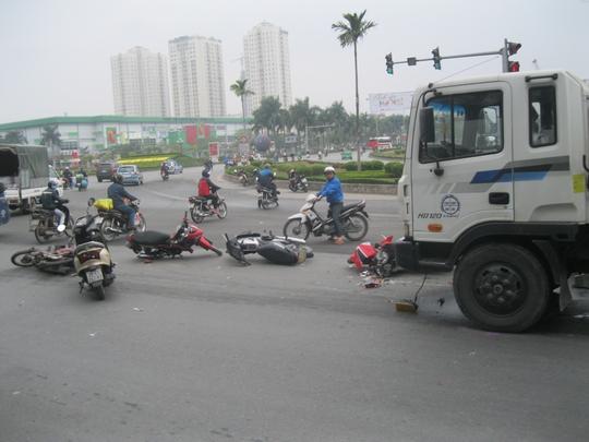 Hà Nội: Xe bồn tông hàng loạt xe máy chờ đèn đỏ