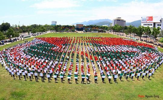 Màn đồng diễn xếp hình của hơn 6.000 đoàn viên thanh niên tỉnh Bình Định
