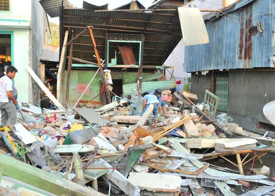 Một căn nhà bị sập tan hoang sau vụ tai nạn