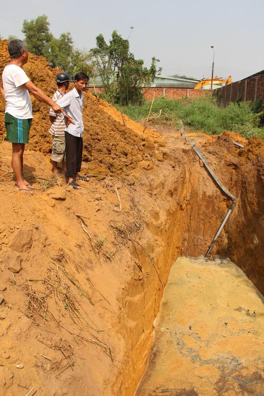 Hố sâu do công ty xử lý rác dẫn nước thải ra chôn lấp