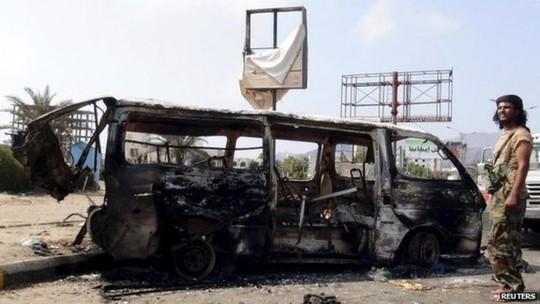 Aden bị không kích nhưng vẫn không cản được phiến quân Houthi. Ảnh: Reuters