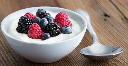 Sữa chua chứa nhiều vi khuẩn phản ứng với đường trong trái cây có thể tạo độc tố và gây dị ứng