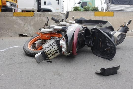 Chiếc xe máy bị nghiền nát