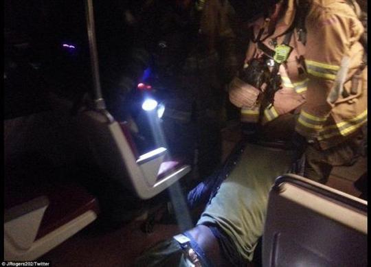 Nhân viên cứu hỏa giải cứu hành khách. Ảnh: Twitter