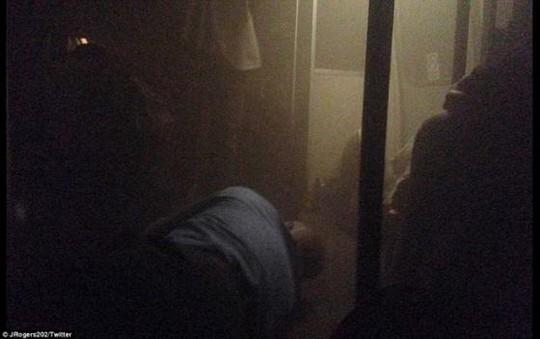 Khói bao phủ tàu điện ngầm. Ảnh: Twitter
