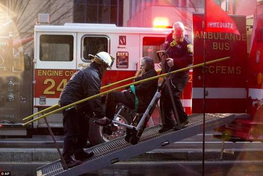 Hành khách bị thương được đưa đến bệnh viện. Ảnh: AP