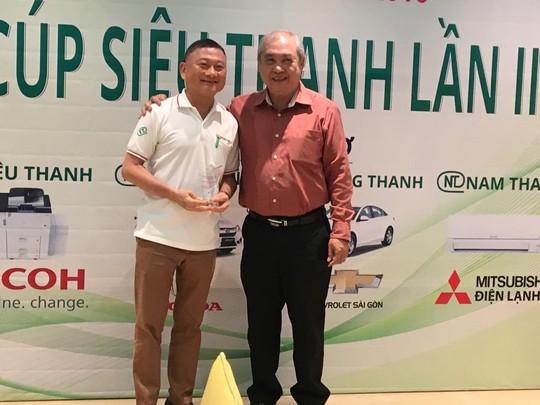 Ông Ong Cẩm Minh (trái), Chủ tịch HĐQT Công ty CP Siêu Thanh nhận kỉ niệm chương từ ban tổ chức