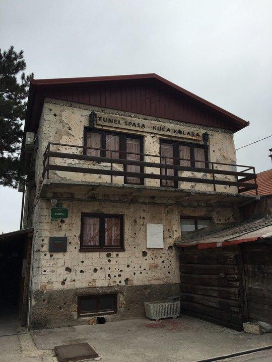 Những vết đạn loang lổ trên tường nhà