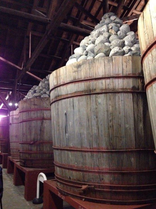 Dưới sức nặng và đè nén của 4 tấn đá biển trên miệng thùng, 6 tấn miso ở dưới sẽ từ từ lên men