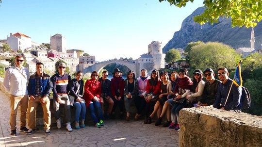 Đoàn famtrip trước cây cầu cổ Stari Most