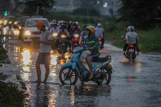 Nhiều người không dám đi tiếp vì ngập nước