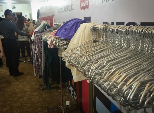 Người Sài Gòn chen nhau mua hàng hiệu giá rẻ
