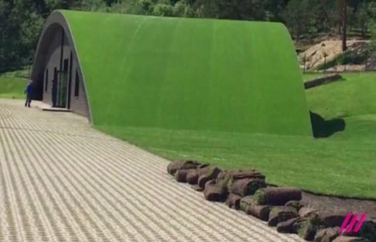 Ngôi nhà lợp mái bằng cỏ là để tránh bị vệ tinh do thám của phương Tây phát hiện. Ảnh: RAIN TV