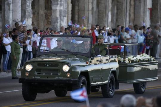 Xe chở quan tài chứa tro cốt lãnh tụ Fidel khởi hành hôm 30-11. Ảnh: REUTERS