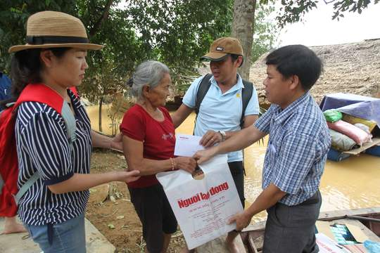 Báo Người Lao Động cứu trợ người dân vùng lũ Hà Tĩnh