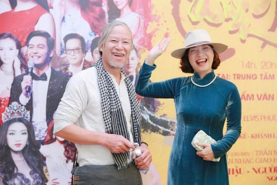 Đạo diễn Đinh Anh Dũng và NSND Lê Khanh trong buổi họp báo chiều 2-12