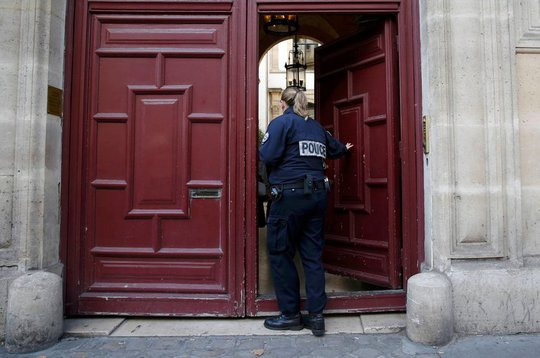 Cảnh sát đến hiện trường điều tra vụ cướp