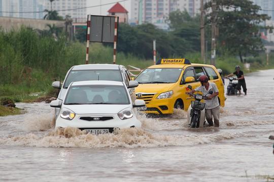 Mỗi khi có ô tô chạy qua tạo nên sóng nước lớn khiến cho những người đi xe máy khó giữ vững được tay lái