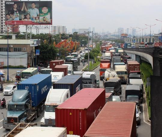 Hàng ngàn phương tiện xếp ken đặc trên mặt đường để di chuyển qua khu vực này