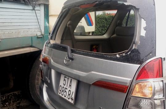 Chiếc ô tô 7 chỗ bị biến dạng phần đuôi sau va chạm