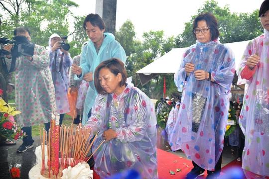 Đại diện các tổ chức, cá nhân yêu chuộng hòa bình đến từ Hàn Quốc dâng hương tưởng niệm các nạn nhân vụ thảm sát Bình Hòa. Ảnh: Tử Trực
