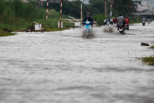 Trong đó, đường Lương Định Của (quận 2, TP HCM) có nhiều nơi bị ngập sâu, nước rút chậm, khiến cho việc đi lại của người dân rất khó khăn