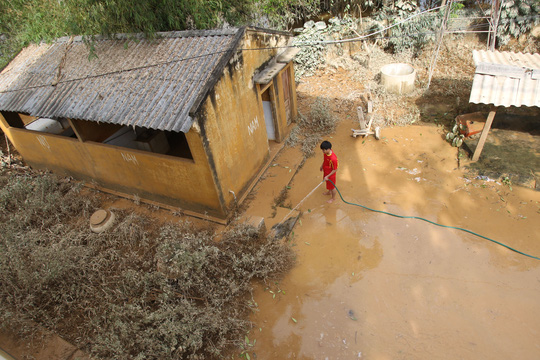 Một số nơi nước lũ đã rút, người dân tiến hành dọn dẹp nhà cửa, cây trồng trước nhà