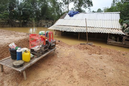 Nước lũ dồn về ngập trắng cả ruộng đồng, làng xã, nhiều ngôi nhà bị ngập đến nóc