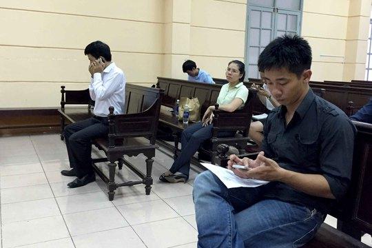 Ông Nghĩa (áo den) từng khởi kiện UBND phường Bến Nghé.