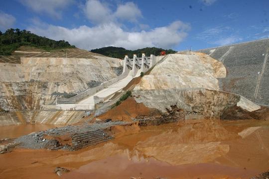 Hiện trường vụ vỡ cống dẫn dòng Sông Bung 2