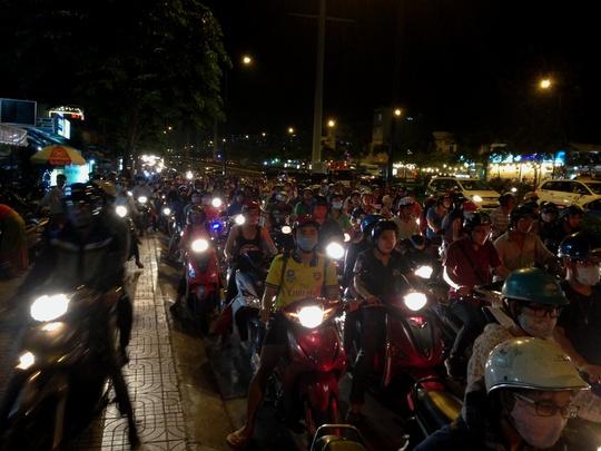 Hàng ngàn xe máy kẹt cứng tại vòng xoay Phạm Văn Đồng - Phan Văn Trị, kéo dài đến giao lộ Nguyễn Xí