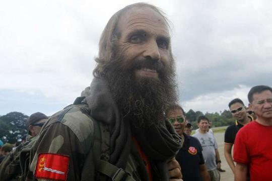 Ông Kjartan Sekkingstad lên máy bay sau khi được thả tại thị trấn Jolo, tỉnh Sulu hôm 18-9. Ảnh: EPA
