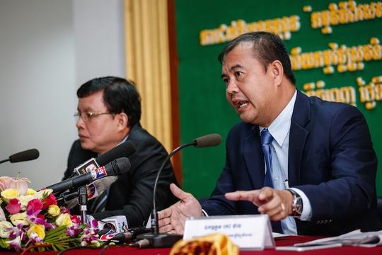 Tổng giám đốc Ngân hàng Phát triển Nông thôn Campuchia Kao Thach nói trong một cuộc họp báo tại trụ sở chính ở Phnom Penh hôm 19-9. Ảnh: THE CAMBODIA DAILY