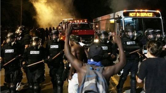 Biểu tình baọ lực sau khi cảnh sát bắn chết người da đen ở TP Charlotte. Ảnh: REUTERS