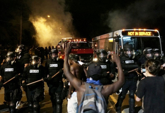 Lực lượng chống bạo động chặn người biểu tình ở TP Charlotte. Ảnh: REUTERS