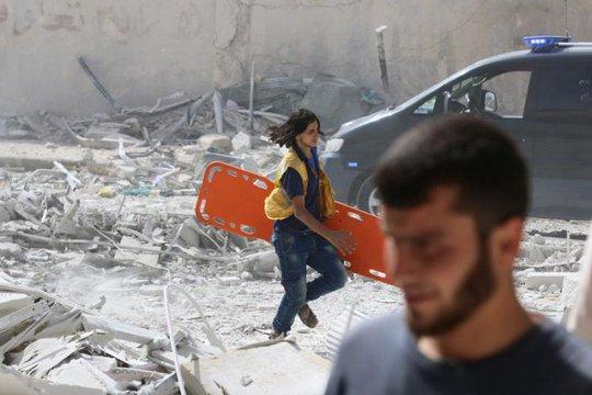 Khu vực Al-Qaterji, ngoại ô TP Aleppo - Syria sau một trận không kích. Ảnh: REUTERS