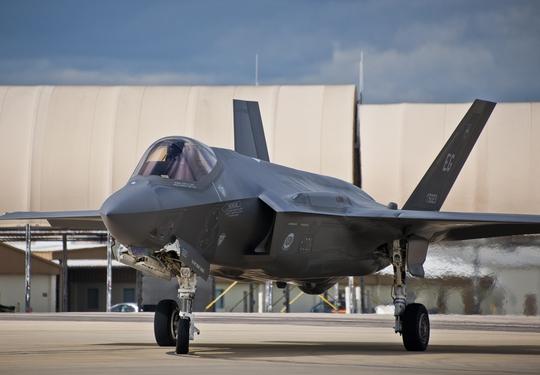 Một chiếc tiêm kích F-35A của Không quân Mỹ bốc cháy hôm 23-9. Ảnh: DEFENSE NEWS