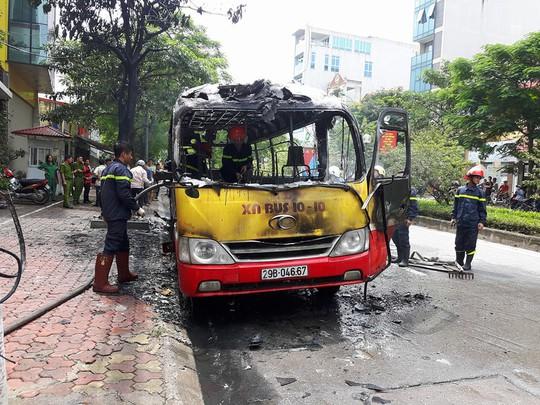 Chiếc xe buýt bị cháy rụi sau vụ hỏa hoạn - Ảnh: Đoàn Tuấn
