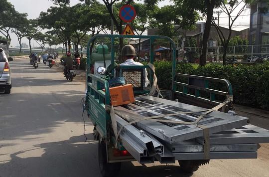 Những chiếc ba gác máy chở sắt với chiều dài vượt mức cho phép
