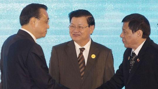 Tổng thống Duterte (phải) bắt tay Thủ tướng Trung Quốc Lý Khắc Cường tại Lào hôm 7-9. Ảnh: AP