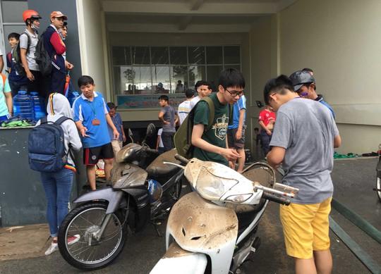 Bên ngoài vẫn còn rất đông các bạn sinh viên chờ để lấy xe.