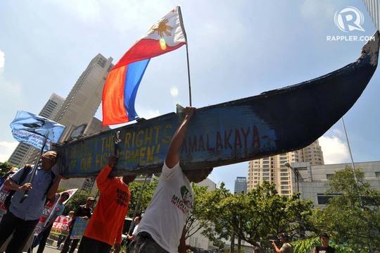 Ngư dân Philippines biểu tình phản đối Trung Quốc ở TP Makati. Ảnh: RAPPLER