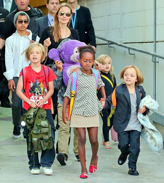Angelina Jolie và các con.