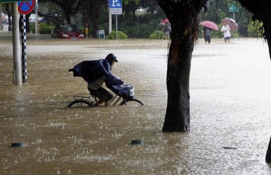 Nước ngập sâu ở TP Phúc Châu. Ảnh: AP