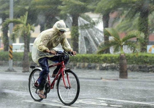 Bão kèm mưa lớn ở quận Hualien, Đài Loan ngày 27-9. Ảnh: EPA