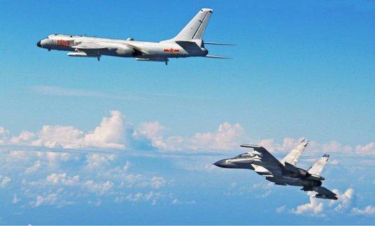 Máy bay ném bom H-6K (trái) và máy bay chiến đấu Su-30 của Trung Quốc bay về phía Tây Thái Bình Dương qua eo biển Miyako ở tỉnh Okinawa - Nhật Bản hôm 26-9. Ảnh: KYODO