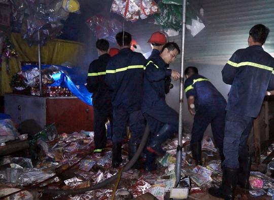 Lực lượng chữa cháy bơm nước bên trong ngôi nhà sau khi khống chế được ngọn lửa